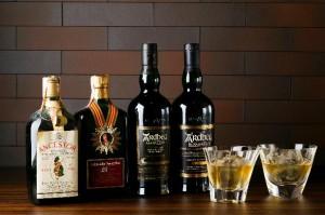 スコッチ、バーボン、ジャパニーズ、アイリッシュ、オールドボトルなど、約1000種類をセレクション。