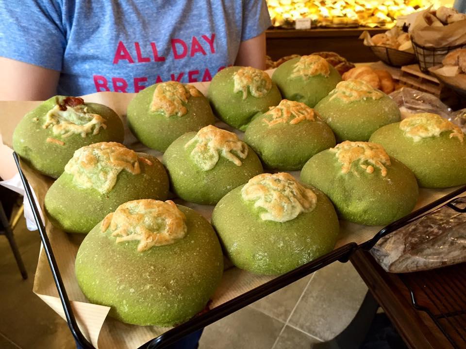 国産を中心に厳選した20種類の小麦を使用し、低温で長時間発酵させて焼成した3kg以上のオリジナルパン「クロスロードブレッド」をはじめとした約70品目の多様なテイストのパンが楽しめる