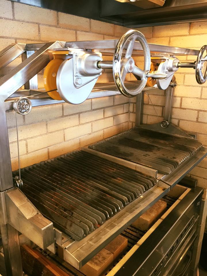 注文を受けたお肉は店内中央に配されたカウンター内の特注の鉄製炭焼き台(パリージャ)で豪快に焼き上げていく