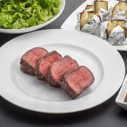 日本では珍しいニュージーランドの大自然で育ったヘルシービーフ「牧草牛」の赤身肉を超厚切りでカットした「サーロインステーキ」が名物