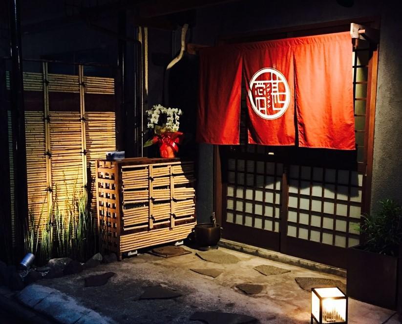 日本の古き良きものを大切にしたく、カウンターの木の温もりや、レトロな照明で灯される優しい灯りなど、心から落ち着ける趣のある雰囲気