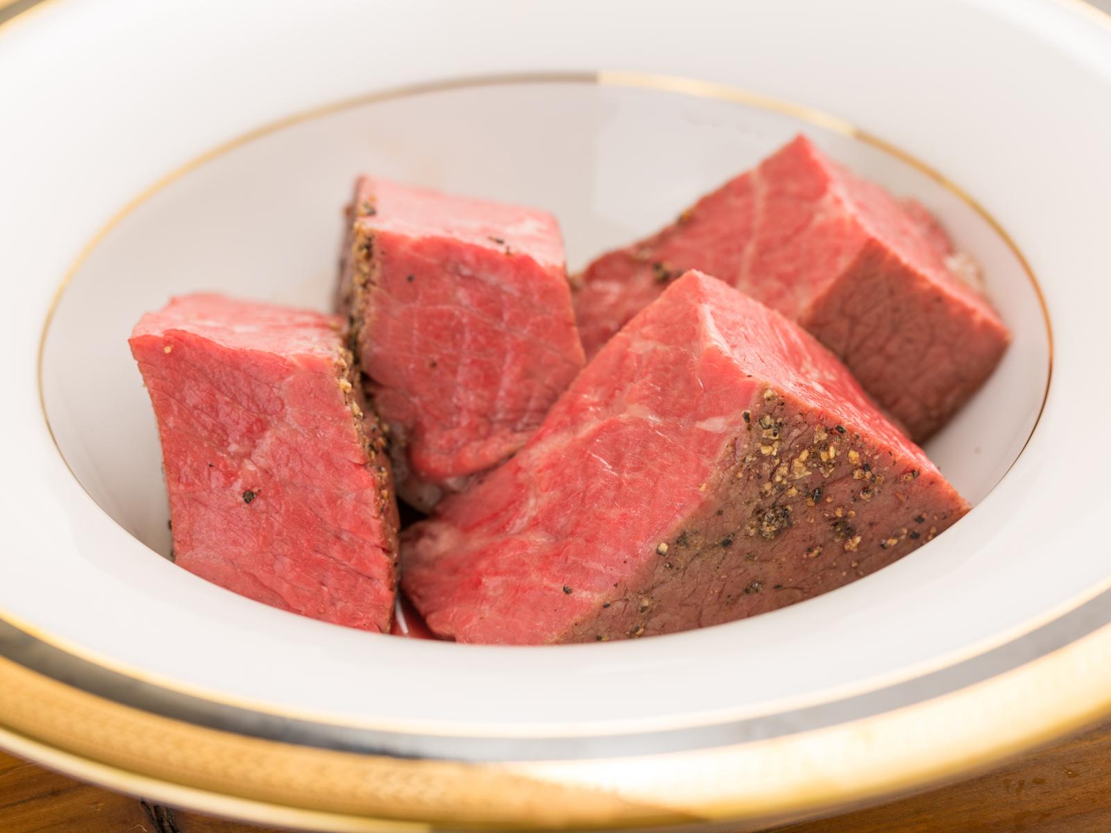 厳選した3種類の赤身和牛を軸に、体験したことのない新しい調理法で焼肉店の頂点を目指す。