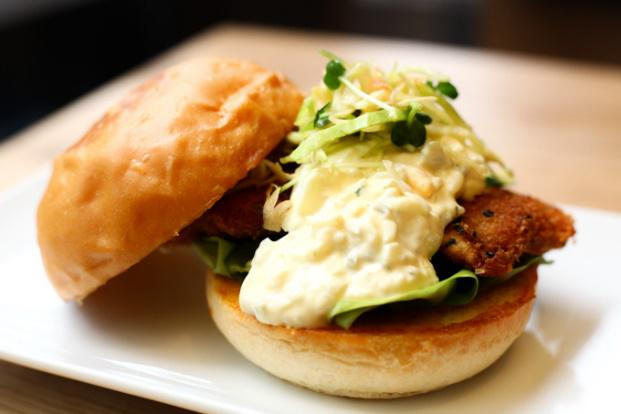 「UMAMI BURGER」は、2009年にカリフォルニア州ロサンゼルスで1店舗目をオープンし、これまでアメリカの5つの州で25店舗も展開している人気ハンバーガーレストラン。