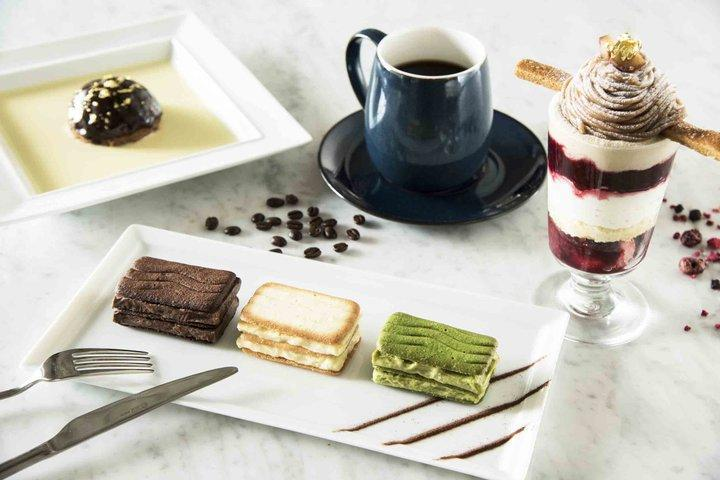 「東京カンパネラ」は特製のチョコレートをピラー(柱)にした3層構造でフランス産の高級ココアとハイカカオを使ったラングドシャ・クッキーでサンドしている人気商品。綺麗なブルーのパッケージが印象深い。