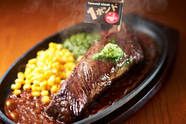 """熱々のステーキに、山わさびをたっぷりとかけるパフォーマンスにも注目。 """"ストップ""""というタイミングはお客様次第。"""