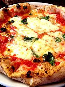 旨みたっぷりの「カラブリア州」のエッセンスが入った料理、本場ナポリの薪窯で薪火特有の香ばしさ香るピザも味わえる
