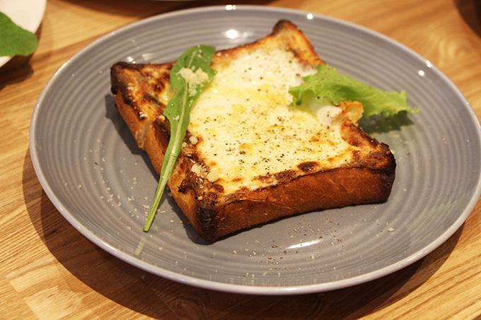 こんがり炭焼き目のついたトーストの中はフワッフワで食べた瞬間きっと驚くはず。