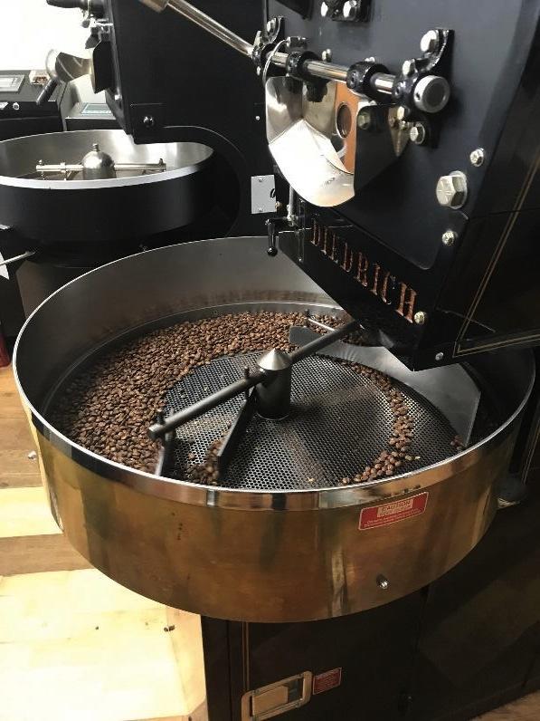 今年の5月から遂に「カフェロストロ」としてお客様への提供をはじめた清水さん。 カウンター席から見る丁寧な珈琲抽出に目を奪われてしまうことだろう。