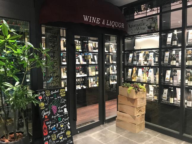 ステーキ合わせてワインをご自身でセレクトできるのもうれしい仕組み。 ワインリストからではなく、自身でワインカーブへ足を運び、お好きなものをお持ちただければレストランで楽しむことができる