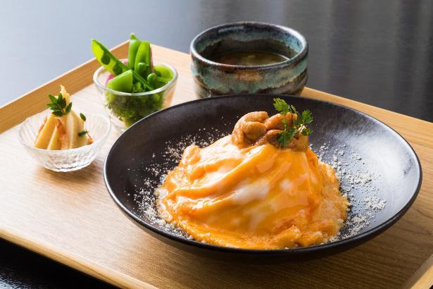 海栗と海鮮のドレスオムライス スープ、小鉢付き 平日¥3,400(税別)