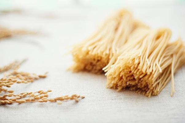 玄米+水=玄米ペースト; 玄米ペースト→玄米パスタ