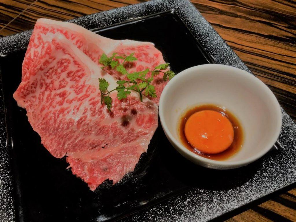 大人気の銘柄牛の赤身焼肉と店内調理を施す牛肉寿司、ユッケ、牛肉刺身(保健所の許可を取得済み)「一枚サーロイン焼き」、「プレミアムロース」など