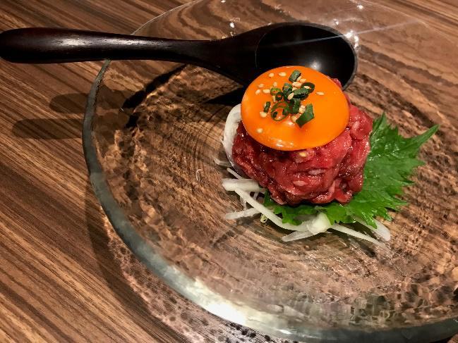 全店で大人気の銘柄牛の赤身焼肉と店内調理を施す牛肉寿司、ユッケ、牛肉刺身(保健所の許可を取得済み)