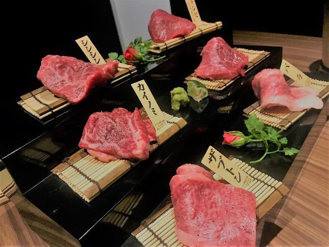 牛肉を極限まで薄切りにしてさっと炙って牛肉の美味さを最大限味わえる「一枚サーロイン焼き」、「プレミアムロース」