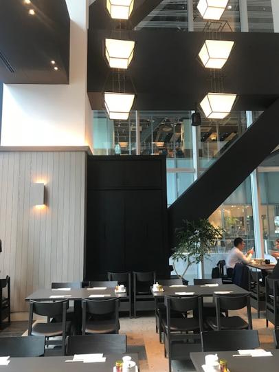 ・天井高は9メートルと開放的で気持ちいい空間 ・スタンディングエリアもあるので、軽く一杯に便利。