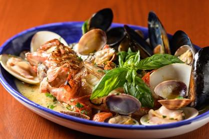 海の幸や山の恵みを生かした郷土料理や、ナポリで13世紀から親しまれているラザーニャのメニューが豊富。