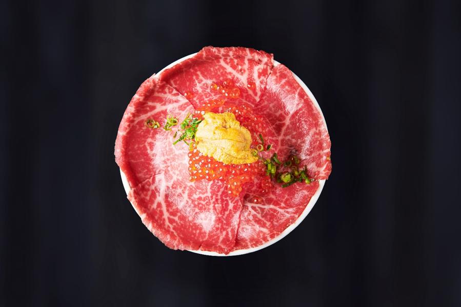 白いご飯の上に乗る、厳選されたA4ランクの黒毛和牛は赤身と脂身のバランスが絶妙な内もものみを使用。さっと炙った上質なレア肉は黒毛和牛の旨味を最大限にひきだしている。