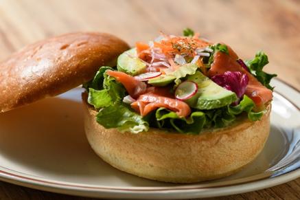 ディナーにはパンで作ったボウルに料理などを盛りつけた「ブレッドボウル」など、パン好き大人女子必見のダイニングは注目。 (運営会社:株式会社 ブーランジェリーエリックカイザージャポン http://maisonkayser.co.jp/)