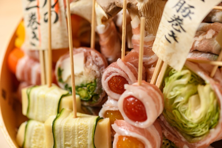 ヘルシーで女性にとても人気のベジ串と、二色の出汁にこだわった創作おでんを、日本酒初心者の方でも楽しめるような発泡性の日本酒や、アルコール度数の低い日本酒とともに楽しめる。 (運営会社:東京レストランツファクトリー株式会社 http://www.tokyo-rf.com/)