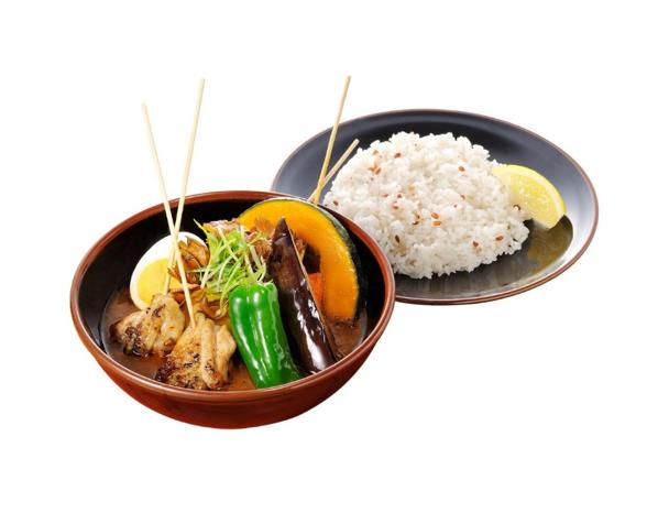 """北海道産こだわりの食材を大ぶりにカットしているので、素材そのものの旨みを味わえるのも魅力のひとつ。スープとお米、食材が完璧に調和されるよう計算し尽くされたのが""""Suageスープカレー""""だ。"""