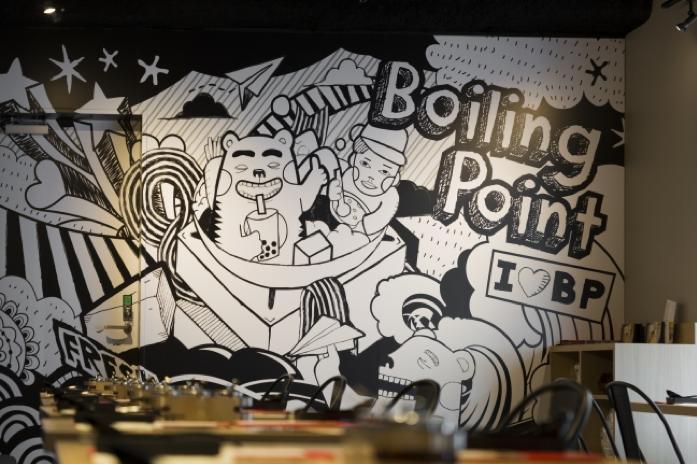 店内は、LAスタイルのカジュアルなイラストが賑やかに彩り楽しい空間を演出。おひとり様はもちろん、大人数でも楽しめる台湾一人鍋、本格的な台湾鍋に注目だ。