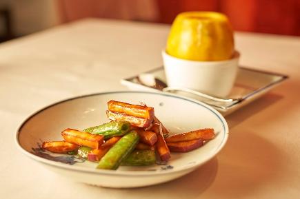 パパイヤの蒸しスープは広東風、麻婆豆腐は豆板醤を加えず唐辛子だけで作る四川風、白湯スープの地鶏の煮込み麺は北京風など、広東と上海を基に四川や北京の要素も取り入れた幅広い調理方法を駆使しているのにも注目。